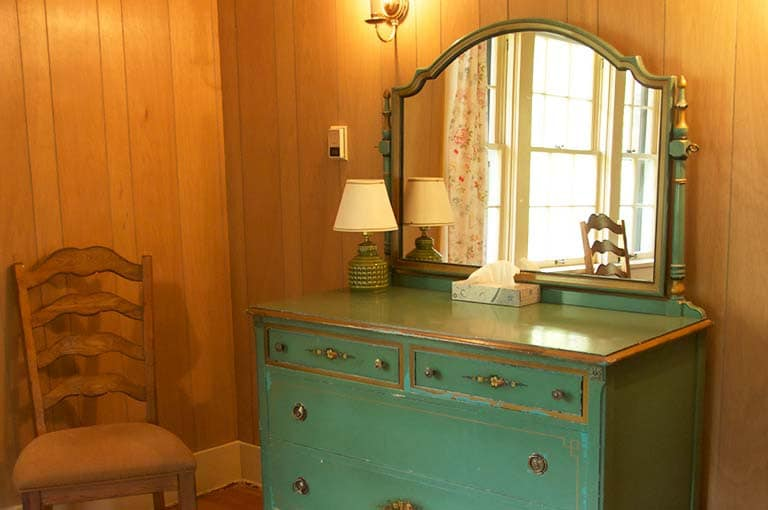 Louer dresser in bedroom
